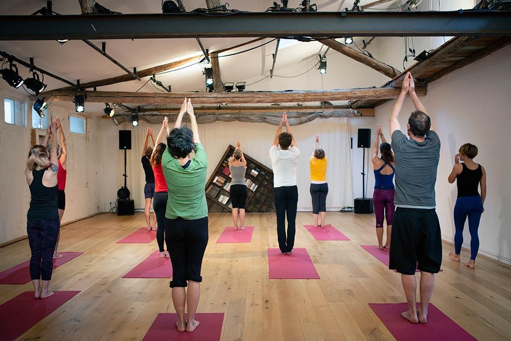 Élèves pratiquant Yoga
