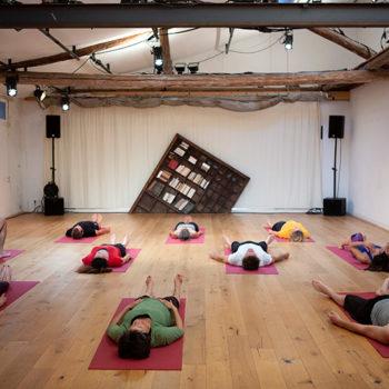 Le p'tit Denfert - éléves de Yoga allongés